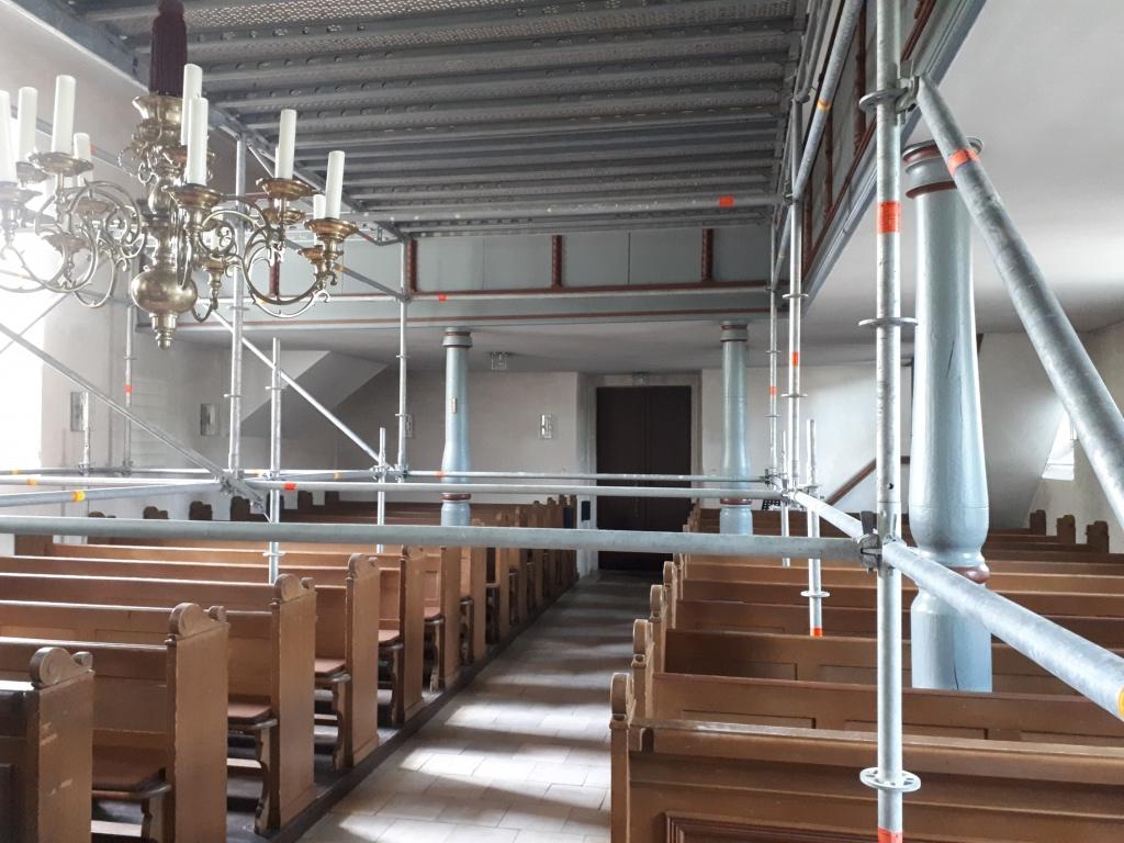 Der Innenraum wird von einem Gerüst ausgefüllt. Gottesdienste sind nicht möglich.