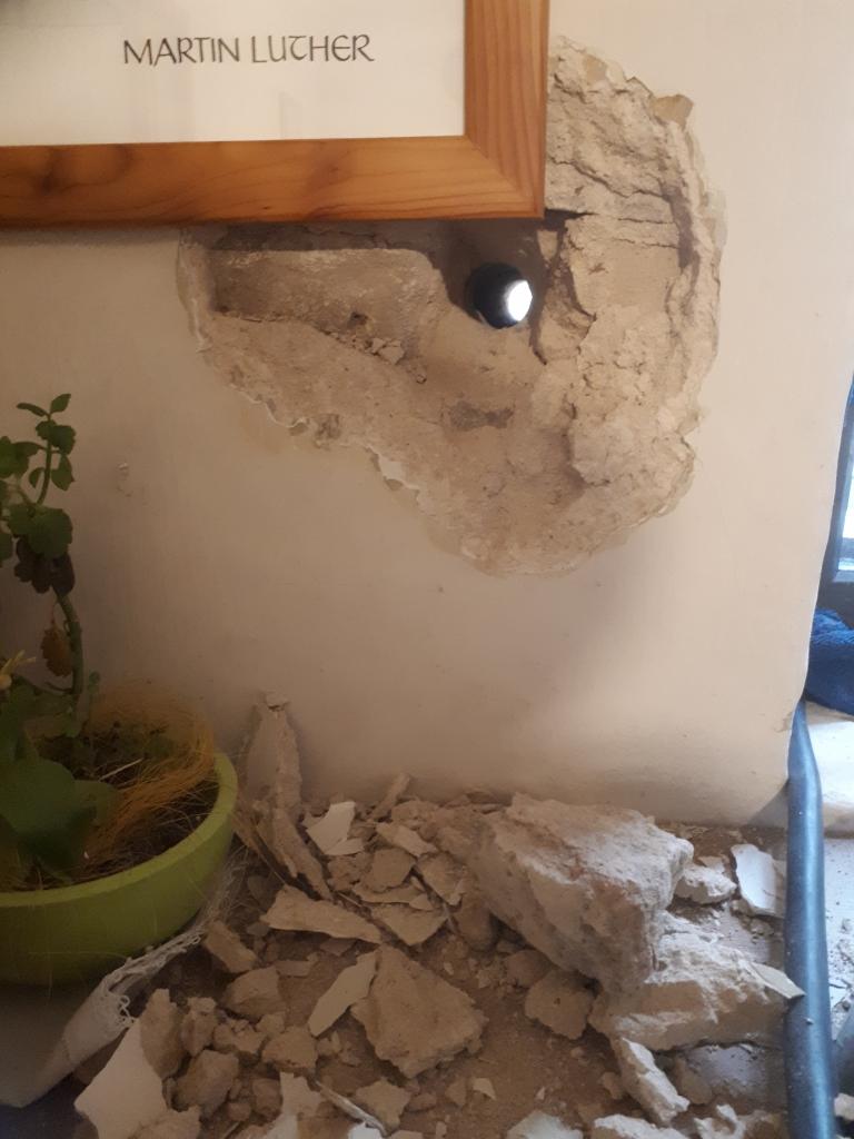 Der Baustrom braucht einen Zugang durch die Wand. Das geht nicht ohne Schutt ab.